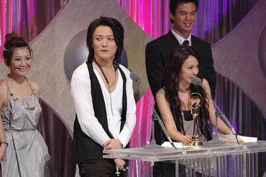 图文:飞儿乐团上台领奖并发表获奖感言