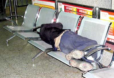 异味旅客滞留西客站四昼夜(组图)
