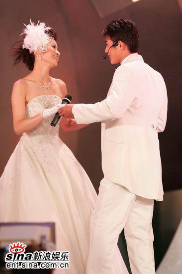 图文:亚洲先生向身披婚纱女嘉宾表演求婚方法(3)