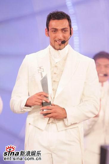 图文:亚洲先生向身披婚纱女嘉宾表演求婚方法(16)