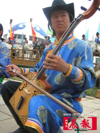 蒙古人表演马头琴