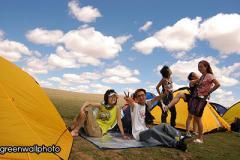 组图:草原狂欢节乐队和歌迷抵达草原演出现场