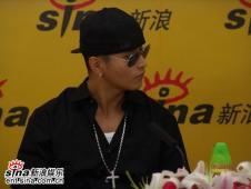 韩国歌手刘承俊签新公司作客新浪聊星路聊感情