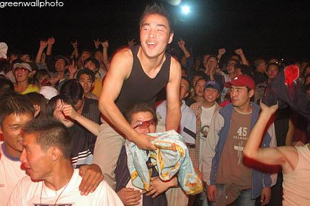 资料图片:草原音乐节狂欢现场--疯狂观众