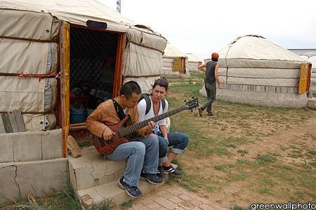 资料图片:草原音乐节--蒙古包外的乐手