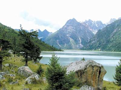 最富神话色彩的区域——位于雀儿山中的一个山洞作为该影片实景拍摄地