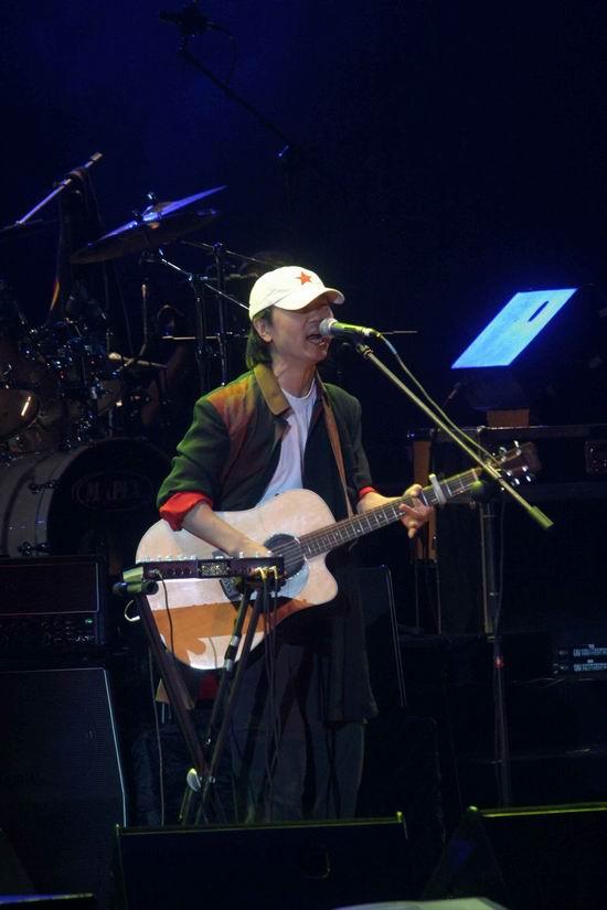 图文:崔健开唱让首体摇滚--鸭舌帽成了标志