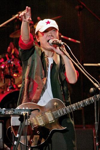 图文:崔健开唱让首体摇滚--与歌迷互动