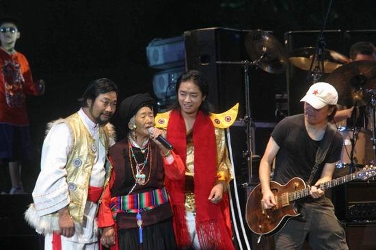 图文:崔健开唱让首体摇滚--嘉宾老妈妈献唱