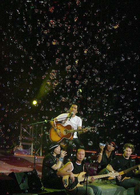 资料图片:齐秦风采--弹奏吉他