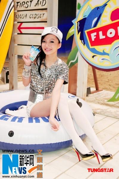 张韶涵拍摄广告片 模拟沙滩享受夏日清凉(图)
