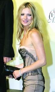 图文:年度十大最佳着装女星凯特・摩斯最会穿