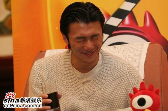 图文:《情癫大圣》首映专访--谢霆锋笑弯了腰