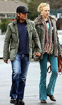 图文:妮可基德曼与男友情侣装亮相牵手晒恩爱