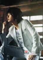 组图:李俊基布袋装杂志照佩戴标志性耳环夺目