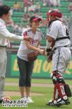 组图:韩星裴瑟琪助阵棒球赛甜美洋装粉嫩动人