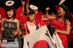 组图:众韩星开唱助威世界杯汇聚一片红色海洋