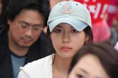 组图:韩星示威捍卫影业李秉宪李俊基振臂高呼