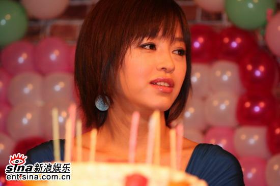 图文:姜成妍入围大钟奖开生日会--举行生日会