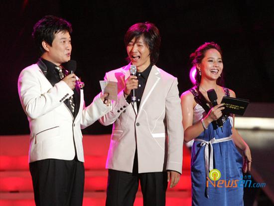 图文:首尔电视颁奖庆祝盛典火爆--主持人与嘉宾