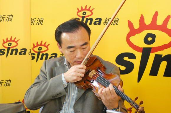 图文:林昭亮调琴准备现场表演