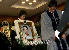 组图:郑多彬遗体告别仪式母亲送女儿最后一程