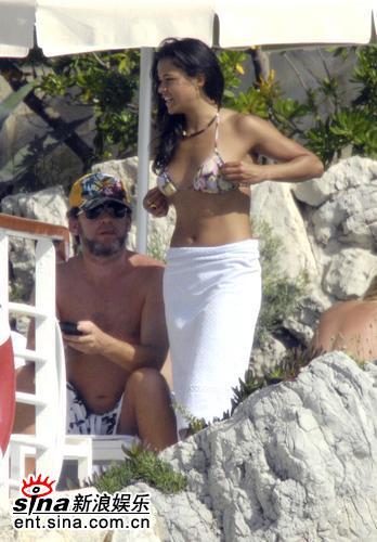 图文:米歇尔戛纳海边享乐--整理胸罩