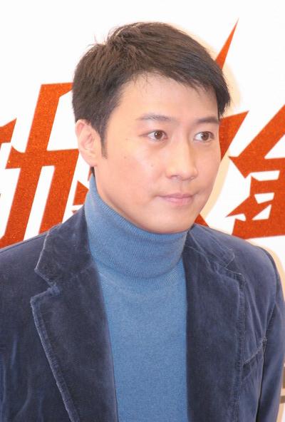 组图:黎明蓝色休闲装潇洒亮相劲歌金曲颁奖礼