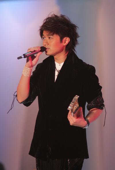 组图:TVB十大劲歌金曲颁奖礼古巨基深情歌唱
