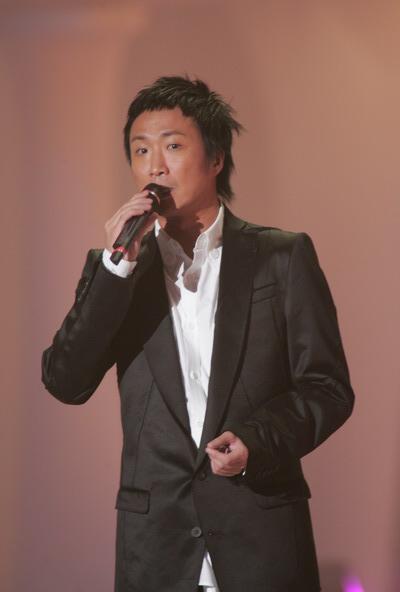 图文:TVB十大劲歌金曲颁奖礼郑中基现场唱歌