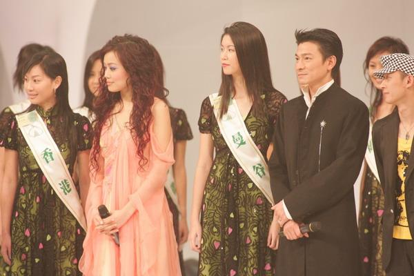 组图:劲歌金曲颁奖礼刘德华站在花丛中微笑