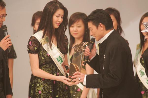 组图:劲歌金曲颁奖礼刘德华容祖儿为华裔小姐颁奖