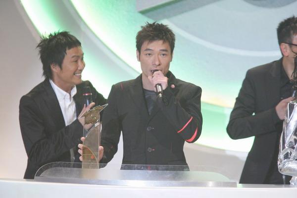 组图:许志安与叶德娴在领奖台上开怀大笑