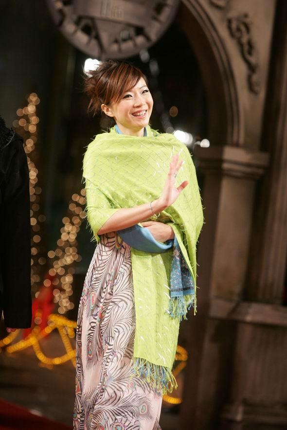 组图:叶蓓黄义达出席颁奖典礼绿黑搭配好醒目