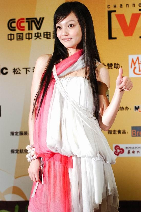 组图:张韶涵开心拿奖后在后区摆造型接受采访