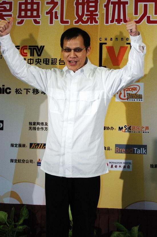 """组图:罗大佑榜中榜颁奖典礼后台做""""大力水手"""""""