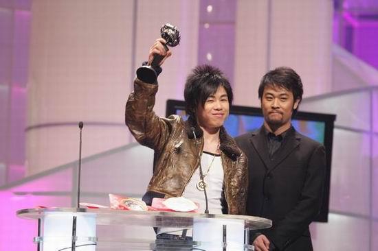 组图:华语音乐榜中榜颁奖典礼胡彦斌上台领奖
