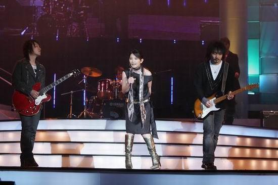 图文:观众期盼已久的小可爱梁静茹台上献歌