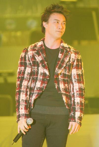 组图:陈奕迅着黑白格子衣服演唱《爱是怀疑》