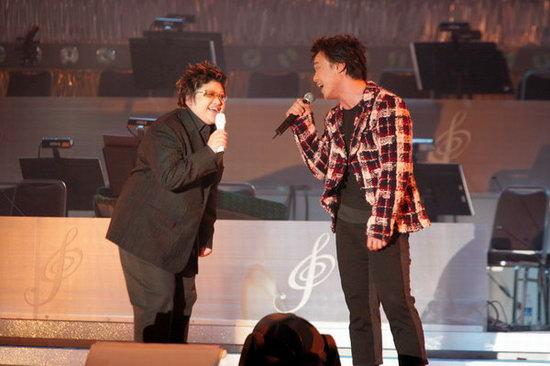 组图:韩红与陈奕迅现场合唱《站在高岗上》