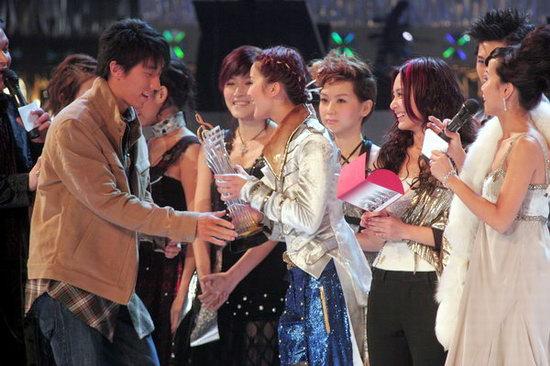 组图:房祖名短发亮相领最有前途新人男歌手铜奖
