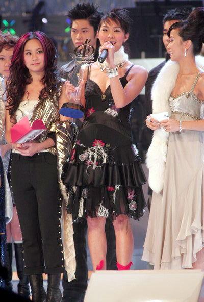 组图:官恩娜获得最有前途新人女歌手铜奖