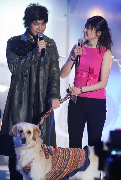 图文:古巨基被小狗带上台获十大中文金曲第二