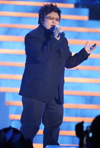 组图:韩红参加颁奖礼现场演唱《那片海》