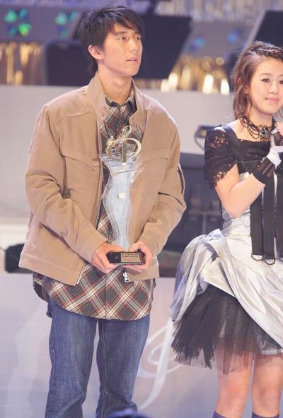 图文:房祖名获得最有前途新人男歌手铜奖
