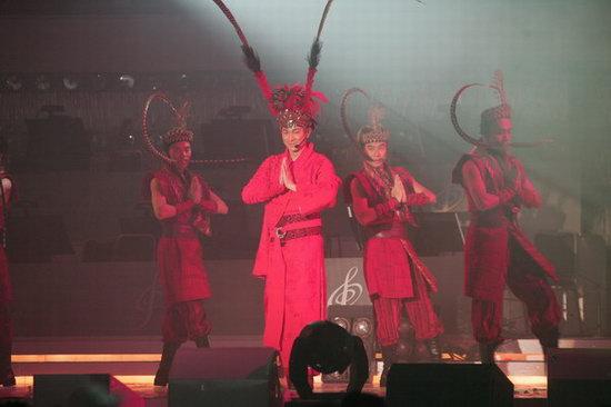组图:刘德华一口气连唱七首歌现场气氛火爆