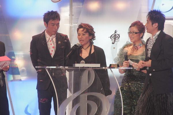 组图:许志安和叶德娴获得十大中文金曲奖