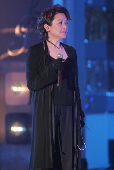 组图:许志安叶德娴演唱获奖歌曲《美中不足》