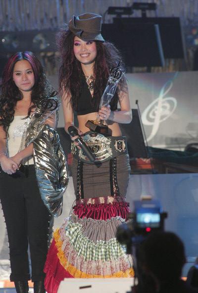 组图:容祖儿再获全国最受欢迎女歌手铜奖