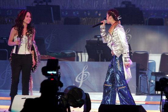 组图:Twins现场演唱歌曲《士多啤梨苹果橙》